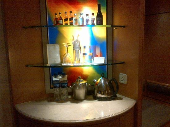 Makati Shangri-La, Manila: Bar counter in the room