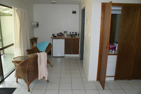 Manuia Beach Resort: Kitchen, bathroom to the right