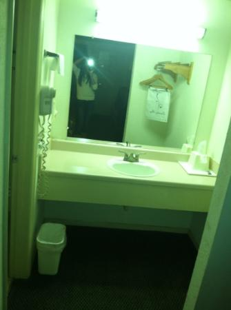 Knights Inn Chattanooga: vanity area, w/hair dryer