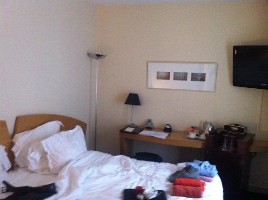 L' Hotel Pergolese Paris: Bed was comfortable with feather pillows