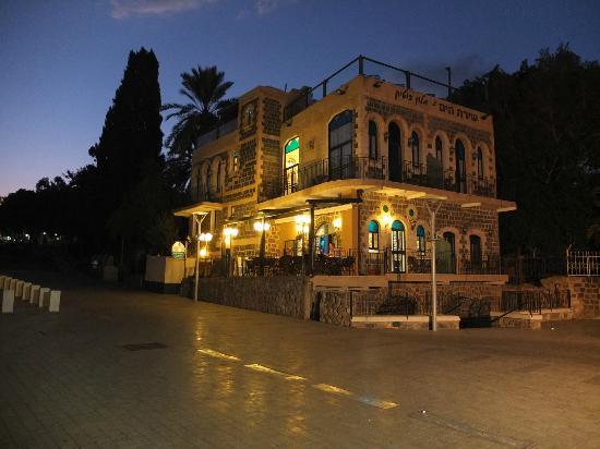 Shirat Hayam Boutique Hotel: Hotel at night 