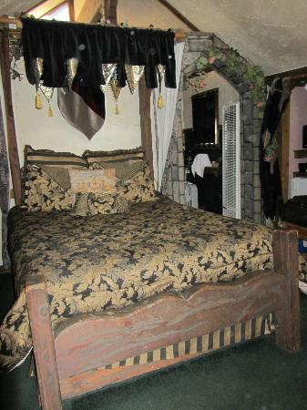 Castle Wood Theme Cottages: cozy bed