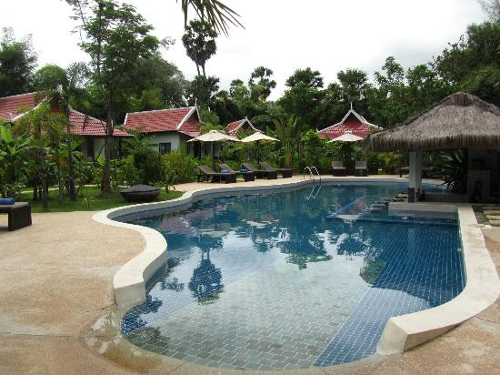 Sojourn Boutique Villas: Refreshing pool for a dip or a drink at the bar