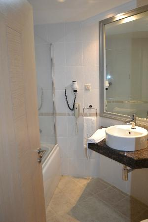 Grand Belish Hotel: Standard bathroom