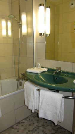Kyriad Strasbourg Nord - Palais Des Congres : bathroom