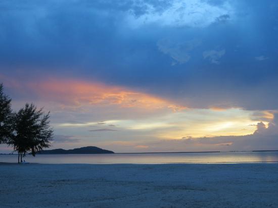 فور بوينتس باي شيراتون لانجكاوي ريزورت: sunset by the beach