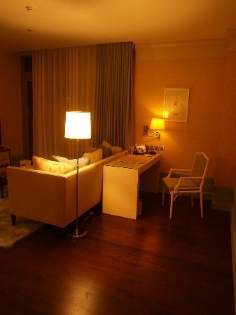 Oriental Residence Bangkok: Living room and desk area