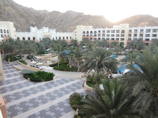 Shangri La Barr Al Jissah Resort & Spa-Al Bandar: zwembad en tuin