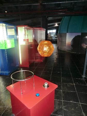 Museo Elder de la Ciencia y la Tecnologia: Schwebender Ball