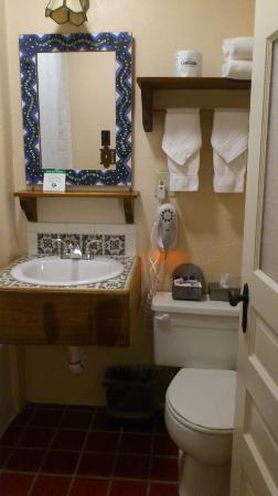 The Historic Taos Inn: かわいらしいバスルーム