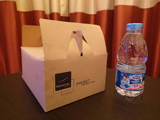 Novotel Phuket Vintage Park: Provision of Breakfast box before the restaurant opens
