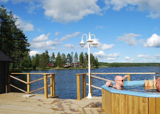 Kerstins Udde Spa Camping Stugby: Bastuflotten med vildmarksbadet Kerstins Udde Spa och restaurang på udden i bakgrunden