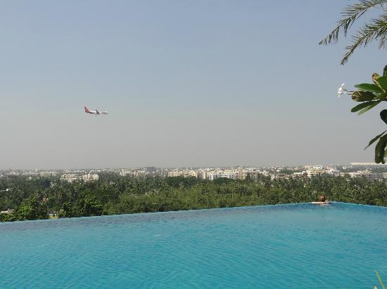 Swissotel Kolkata: Pool watching the planes land