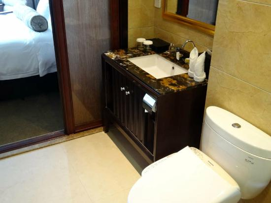 Friendship Hotel Hangzhou: elegant marble toped basin