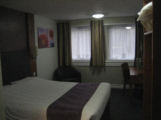 Premier Inn London Euston Hotel: Dull light room