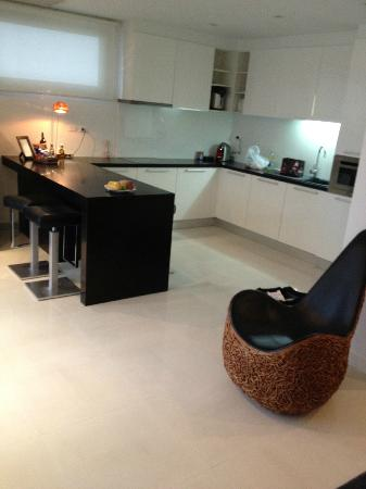 BYD Lofts Boutique Hotel & Serviced Apartments: the grand delux apartment kitchen