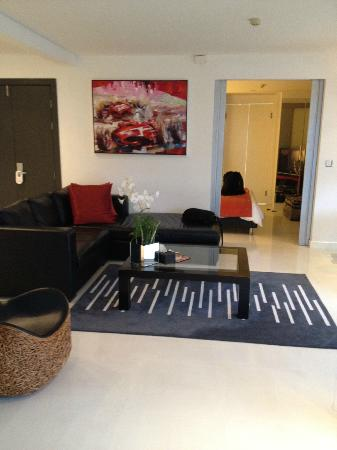BYD Lofts Boutique Hotel & Serviced Apartments: Grand delux living room with entrance to bedroom