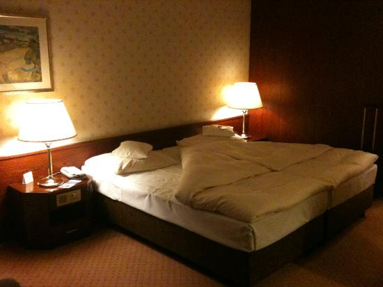 Maritim Hotel & Congress Centrum Bremen: the comfy bed with its short comforter