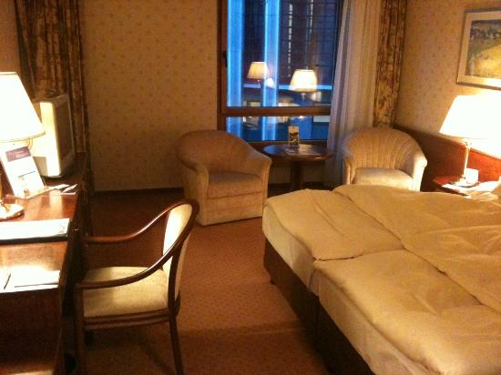 Maritim Hotel & Congress Centrum Bremen : the relatively spacious room