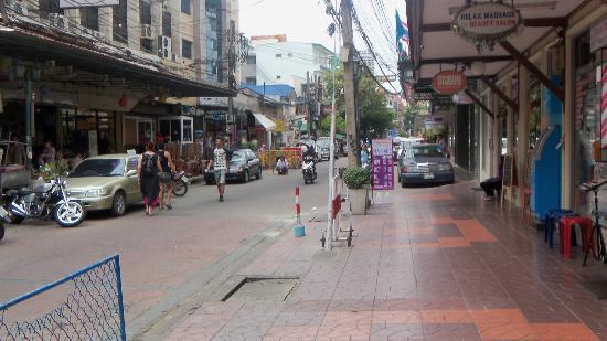 ibis Styles Bangkok Khaosan Viengtai: Road outside Hotel