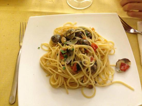 """Tartaruga: Gustoso piatto """"spaghetti e vongole"""" con pomodorini e aromi.(cit.Valentino Maiorino)"""