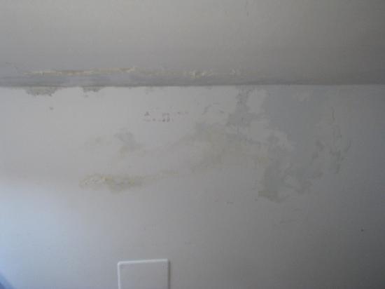Hotel Bonconte: evidenti tracce di umidità sui muri