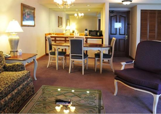 Yakima Valley Hotel and Conference Center: Executive Suite Living Area