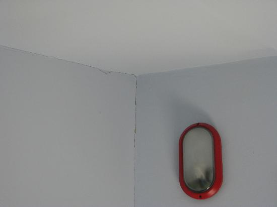 Hotel Bonconte: Alcune crepe nel soffitto della camera