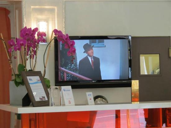 Hotel Vertigo: Televisión detrás del mostrador de recepción, proyectando Vertigo