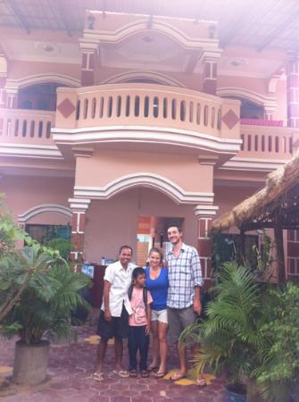 Bunlinda Hostel: Us in front of the hostel with the owner and his son !