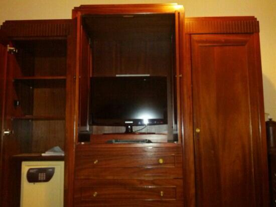 Hotel Majapahit Surabaya managed by AccorHotels: Tv and safe closet