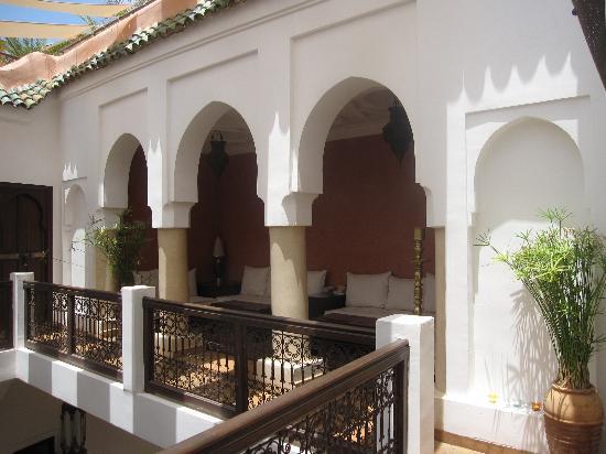 Riad Azza : salon extérieur face à la chambre chaima