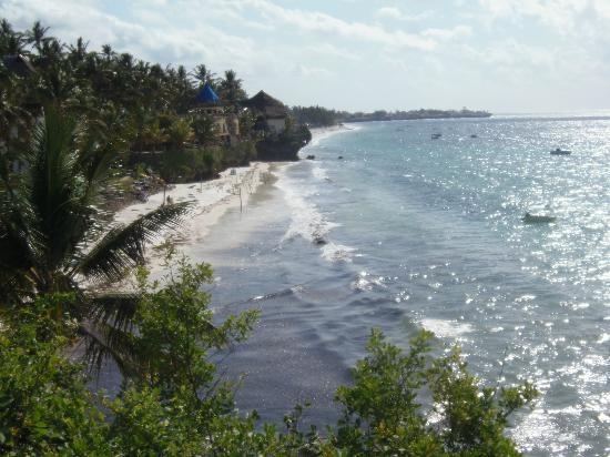 Voyager Beach Resort: beach at high tide