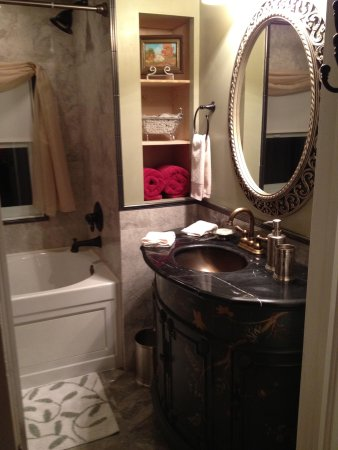 Three Oaks Bed and Breakfast: Rooms with lovely private baths
