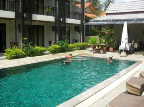 Ampha place hotel: Piscine devant les chambres.