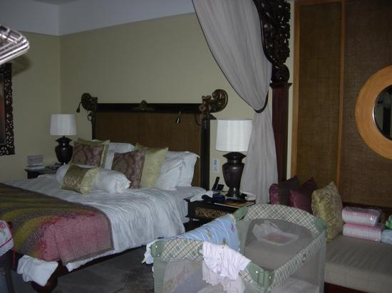 AYANA Resort and Spa: cot and bed set up in room