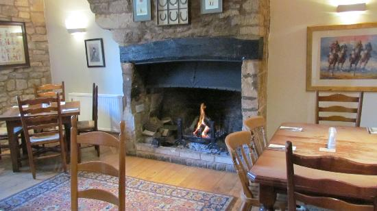 The Horse and Groom: The dining room - nice table to the left of the fire
