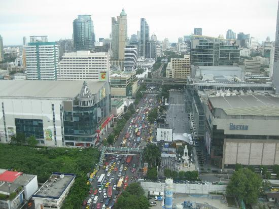 Novotel Bangkok Platinum Pratunam: view from our room 25fth floor u can see the world central on right hand of the road