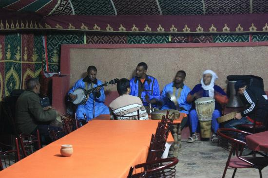 "Taliouine, Maroko: live morrocan music with ""russian banjo"""