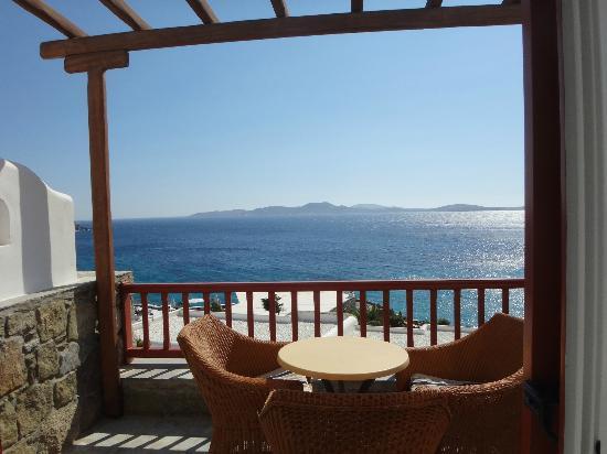 Mykonos Grand Hotel & Resort: ベランダから遠くにデロス島が見えます