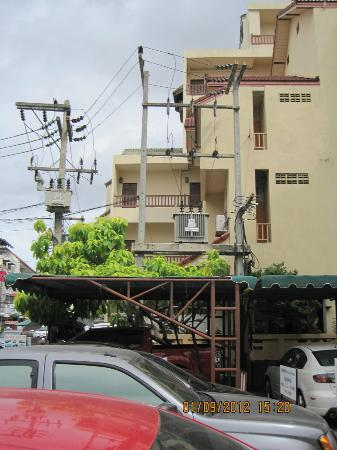 Opey de Place Hotel: Parkplatz u Eingang