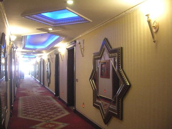 Club Hotel Sera: Corridors