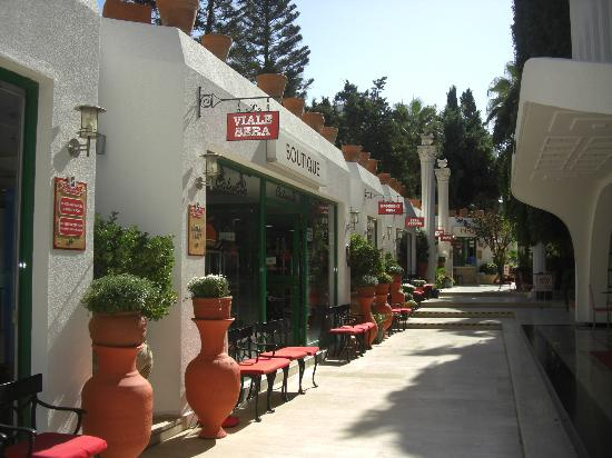 Club Hotel Sera: Shopping area in hotel.