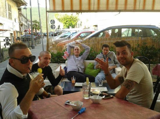 La Taverna di Boe: Lo spazio esterno e i clienti affezionati :)