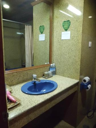 Ta Prohm Hotel: squeaky clean bathroom
