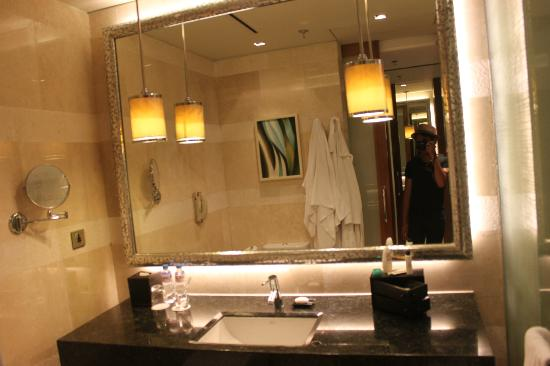 Manila Marriott Hotel: moi, aimed a shot!