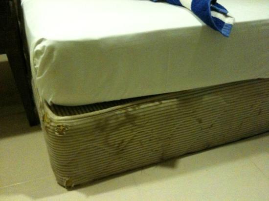 Langkapuri Beach Resort: Bed condition