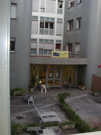 Residencia Erasmus Gracia : Hotel courtyard out our window