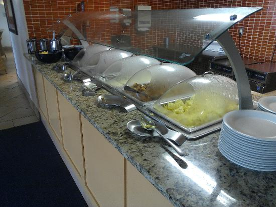 Embassy Suites by Hilton Tampa - Airport/Westshore: breakfast bar eggs,baon, hash, sausage, grits, oatmeal, omlette station on MUCH more