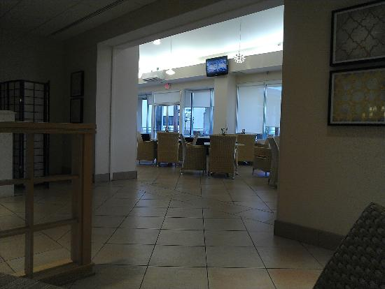 Embassy Suites by Hilton Tampa - Airport/Westshore: Breakfast stting area